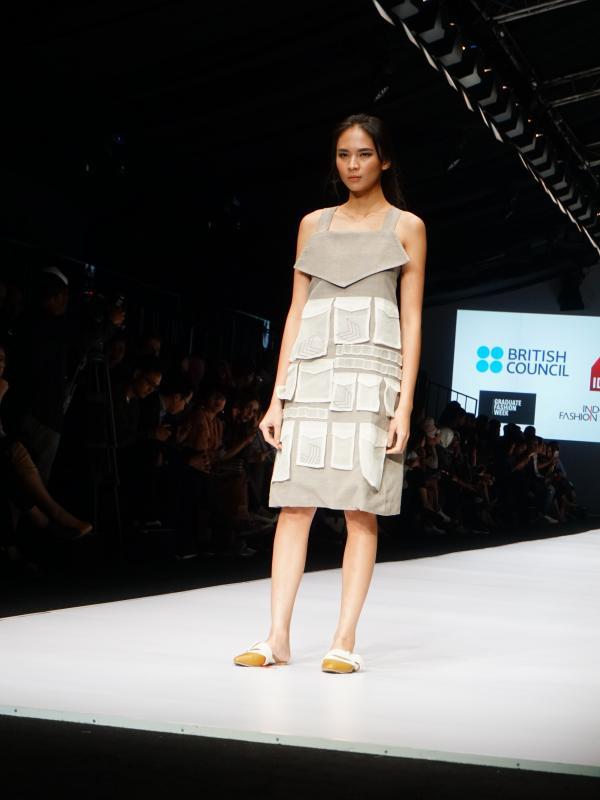Koleksi Rosella May yang berkolaborasi dengan SOE Jakarta dalam peragaan busana British Council di Jakarta Fashion Week 2017.