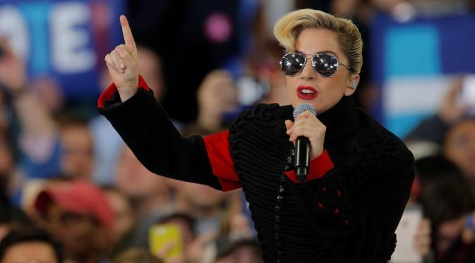 Lady Gaga saat menghibur para pendukung Capres AS dari Partai Demokrat, Hillary Clinton saat kampanye di Releigh, North Carolina, AS (8/11). Pilpres AS 2016 diadakan pada 8 November 2016 dan menjadi pilpres empat tahunan ke-58. (REUTERS/Chris Keane)