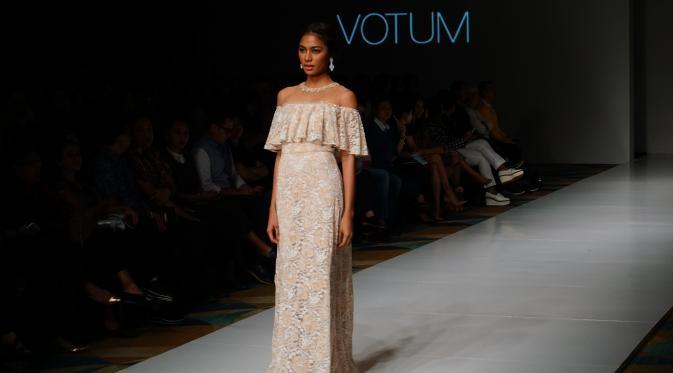 Koleksi busana Sebastian Gunawan di bawah naungan labelnya Votum menceritakan gaya berbusana wanita sejak zaman dahulu hingga kini di panggung IPMI Trend Show 2017, Kamis (10/11/2016).