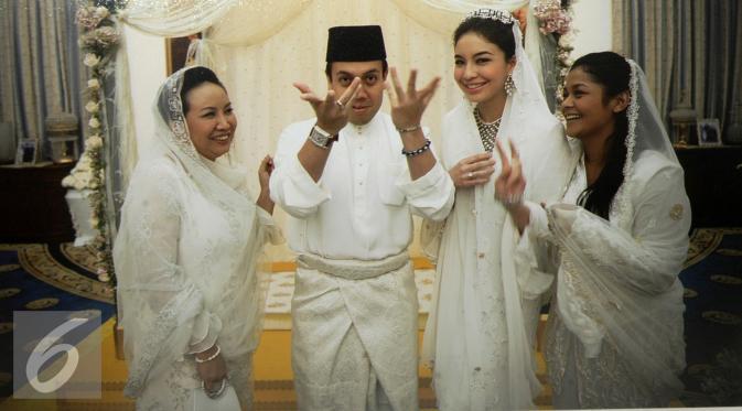 Manohara ketika bersama Tengku Fakhry. Di foto tersebut juga tampak ibu Manohara, Daisy Fajarina (kiri) dan kakak Manohara, Dewi (kanan). (Liputan6.com)