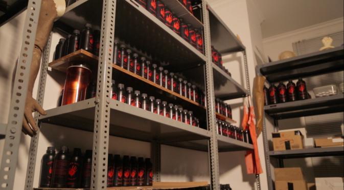 Botol Berisi Darah Buatan dari Pabrik Darah Milik Kumalasari Tanara (Liputan6.com/Mochamad Khadafi)
