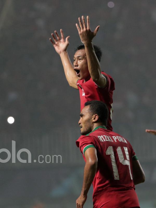 Hansamu Yama dan Rizky Pora merayakan gol saat melawan Thailand pada laga Final Piala AFF 2016 di Stadion Pakansari, Bogor, (14/12/2016). (Bola.com/Nicklas Hanoatubun)