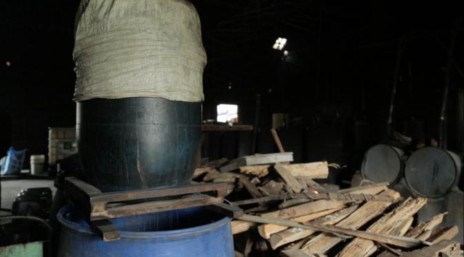Tetes tebu yang sudah difermentasi kemudian disaring dan siap dipanaskan di tungku (Liputan6.com/Mochamad Khadafi)