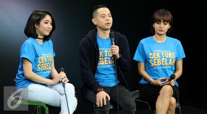 Para pemain film Cek Toko Sebelah aat diwawancarai di Liputan6.com, Jakarta, Rabu (21/12). (Liputan6.com/Fatkhur Rozaq)
