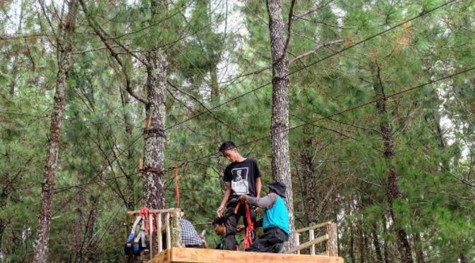 Outbond di Hutan Pinus Songgon (sumber:ig @wisatahutanpinussonggon)