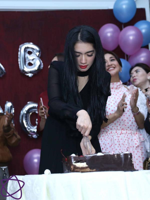 Angel Karamoy dapat kejutan ulang tahun dari tim sinetron Surga yang Kedua (Nurwahyunan/Bintang.com)