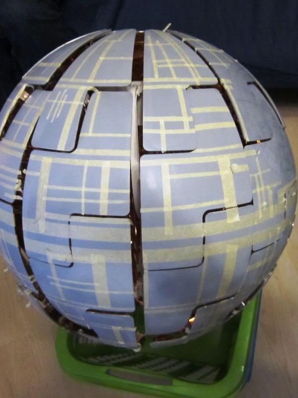 Ditempel pakai sticker dulu buat menciptakan motif kayak Death Star di Star Wars. (Via: boredpanda.com)