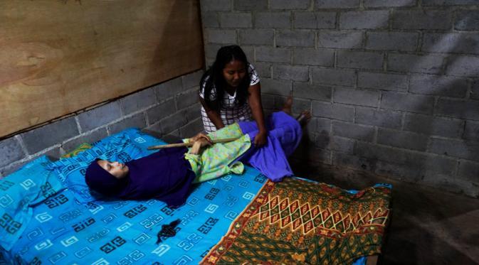 Sulami, gadis penderita kelumpuhan warga Dukuh Selorejo Wetan, Mojokerjo, Kedawung, Sragen, Jateng. (Liputan6.com/Fajar Abrori)