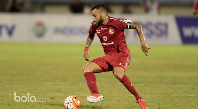 Pemain Semen Padang, Marcel Sacramento pada laga Piala Presiden 2017. (Bola.com/Nicklas Hanoatubun)