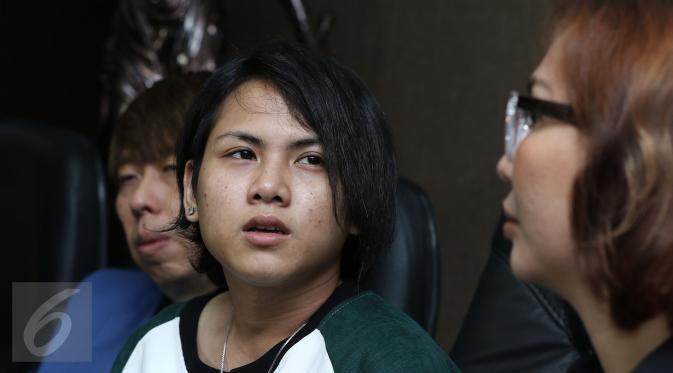 Istri komedian Aming, Evelyn saat jumpa pers di kawasan Permata Hijau, Jakarta, Jumat (3/3). Evelyn menolak cerai karena permohonan cerai Aming tak beralasan. (Liputan6.com/Herman Zakharia)