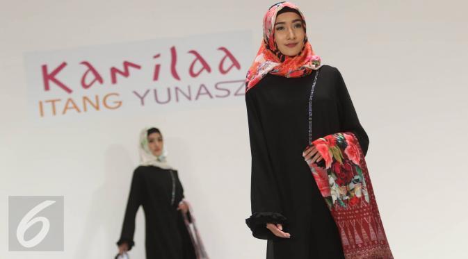 Model mengenakan busana muslim label Kamilaa karya desainer Itang Yunasz di Pasar Blok B Tanah Abang, Jakarta, Kamis (9/3). Dalam koleksinya, Itang memberi sentuhan tenun dari beberapa daerah. (Liputan6.com/Immanuel Antonius)