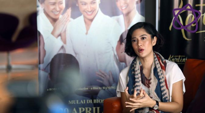 Curhat Dian Sastrowardoyo belajar detail gestur gadis Jawa untuk film Kartini. (Nurwahyunan/bintang.com)