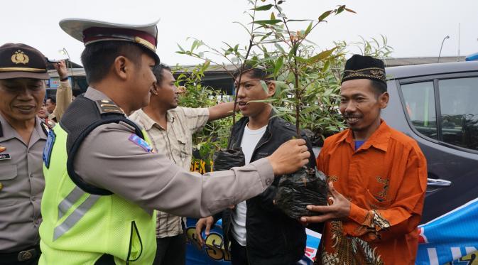 Pelanggar lalu lintas di karanganyar dihukum menanam bibit pohon