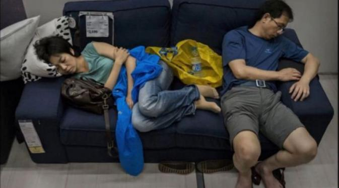Begini kelakuan pengunjung Toko IKEA yang bikin ngamuk | via: youtube.com