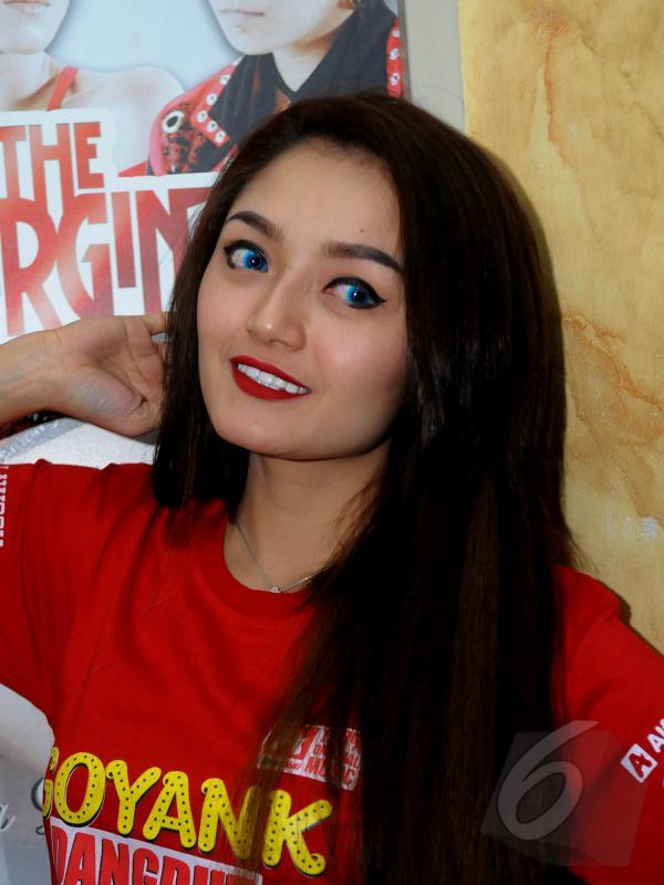 Penyanyi dangdut, Siti Badriah berpose saat ditemui di kawasan Menteng, Jakarta, Rabu (20/5/2015). (Liputan6.com/Faisal R Syam)