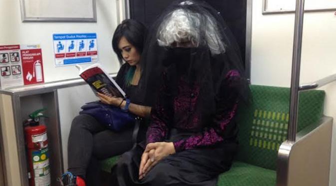 Citra Prima ajak hantu Black Bride jalan-jalan naik kereta (liputan6.com/Sapto Purnomo)