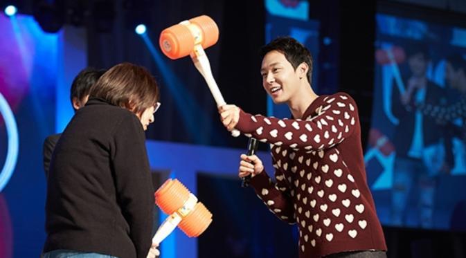 Yoochun saat menggelar fan meeting beberapa waktu lalu, tengah melakukan permainan interaktif bersama penggemarnya yang beruntung.