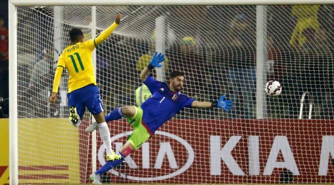 Kiper Venezuela, Alain Baroja gagal menghalau pemain Brasil, Roberto Firmino saat pertandingan Copa Amerika 2015 di Stadion Monumental David Arellano, Santiago, Chili, (22/6/2015). Brasil menang tipis 2-1 atas Venezuela. (REUTERS/Ricardo Moraes)