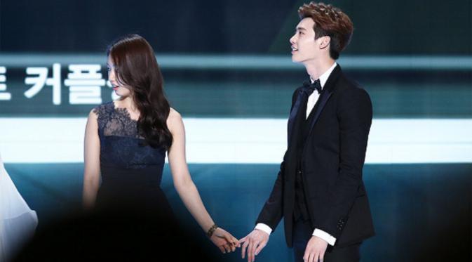 Park Shin Hye tak malu menunjukkan kedekatannya dengan Lee Jong Suk, menggandeng tangan sang aktor di acara penghargaan bergengsi SBS Drama Awards 2014.