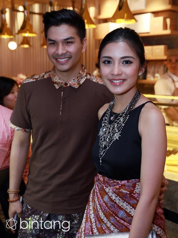 Pasangan Glenn Alinskie dan Chelsea Olivia turut terlibat dalam pameran 'Alkisah' memerankan cerita rakyat 'Ande Ande Lumut'. (Wimbarsana/Bintang.com)