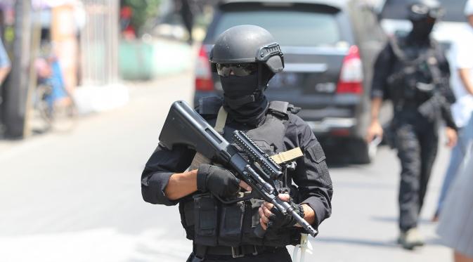 Densus 88 Antiteror Polri menggeledah sebuah konter pulsa di daerah Sawahan, Keluarahan Sangkrah, Solo, Kamis (13/8/2015). (Liputan6.com/Reza Kuncoro)