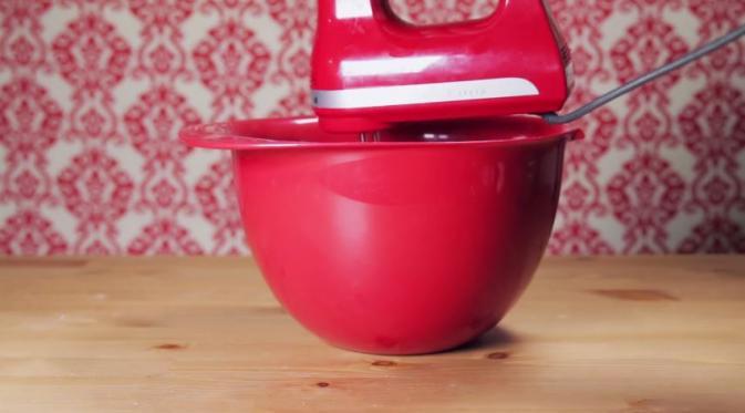 Wadah 1: masukkan margarin, gula, telur, ekstrak vanila. Aduk rata. (Via: youtube.com)